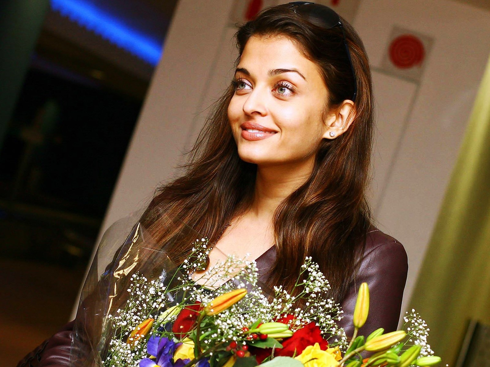 Aishwarya Rai Beauty in flowers Wallpapers